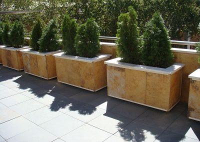 Jardineras Móviles Forradas de Piedar (Vista Frontal)