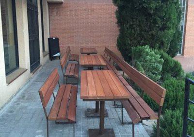 Mesa con bancos (foto 2)